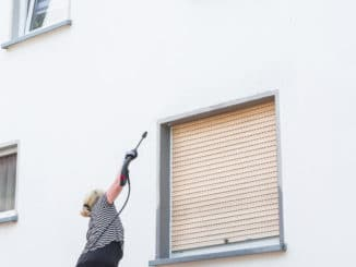 Hochdruckreiniger an einer Fassade