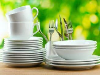 Geschirr und Besteck auf einem Tisch