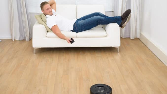 Staubsaugerroboter im Wohnzimmer