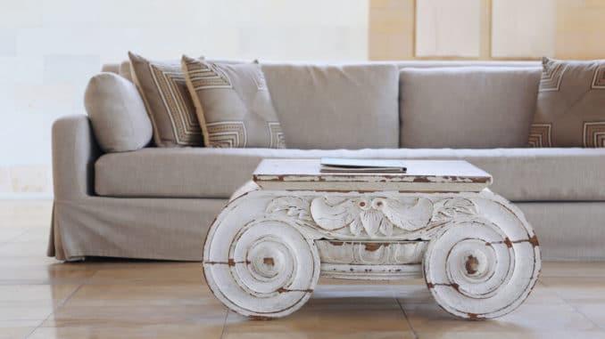 Tisch im Shabby Design vor Sofa