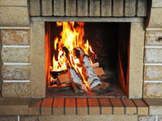 Feuer im offenen Kamin