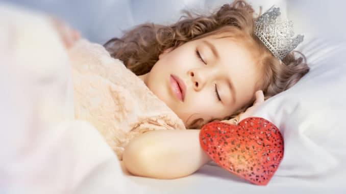 Kleine Prinzessin im Bett