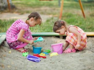 2 Mädchen im Sandkasten