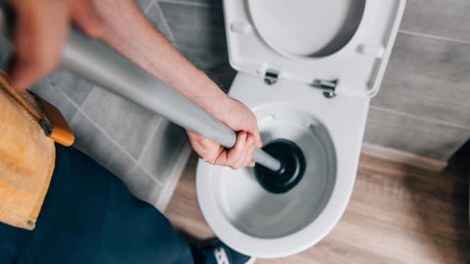 Klempner Notdienst arbeitet an Toilette