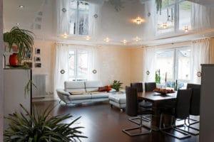 Spanndecke mit Beleuchtung im Wohnzimmer
