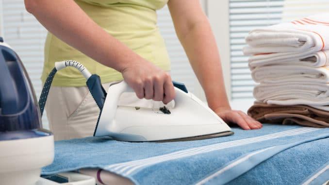 Frau bügelt Wäsche