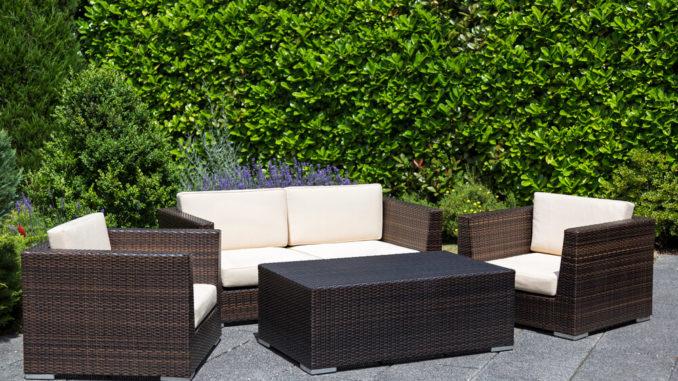 Rattan-Gartenöbel auf einer Terrasse