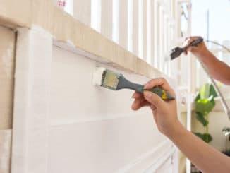 Ein Zaun wird gestrichen