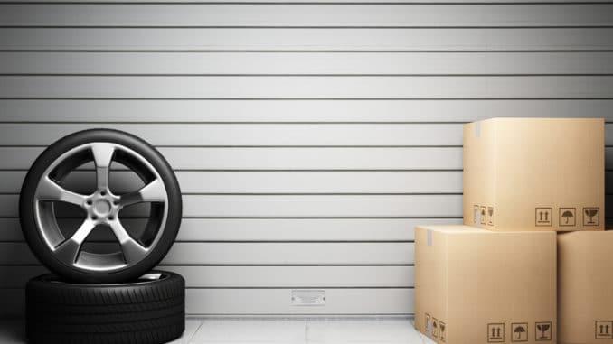 Reifen und Kartons vor einem Garagentor