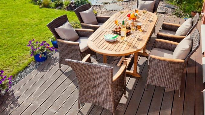 Holzterrasse mit Gartenmöbeln aus Rattan