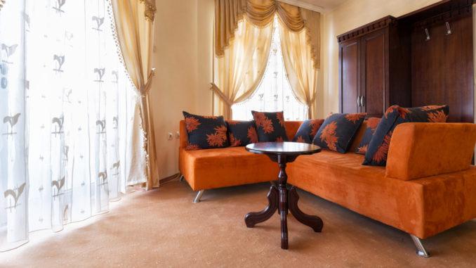 Wohnzimmer mit neuen und alten Möbeln