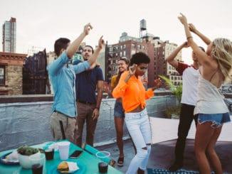 Freunde feiern auf Dachterrasse