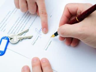 Mietvertrag wird unterschrieben