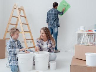 Familie streicht ein Zimmer