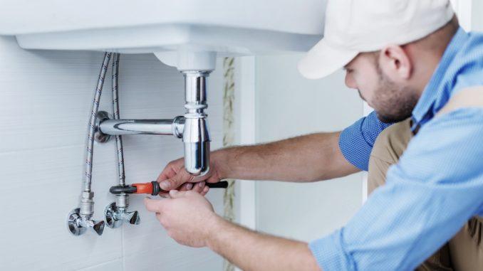 Klempner montiert ein Waschbecken