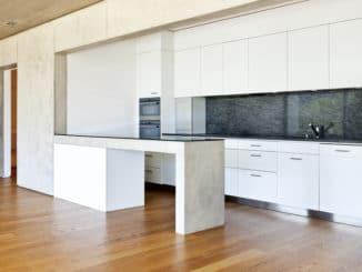 Moderne Küche mit Betontresen