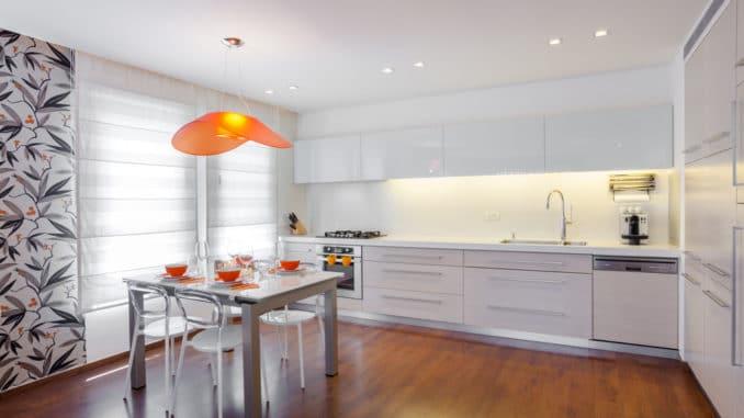 Küche mit Unterbaubeleuchtung