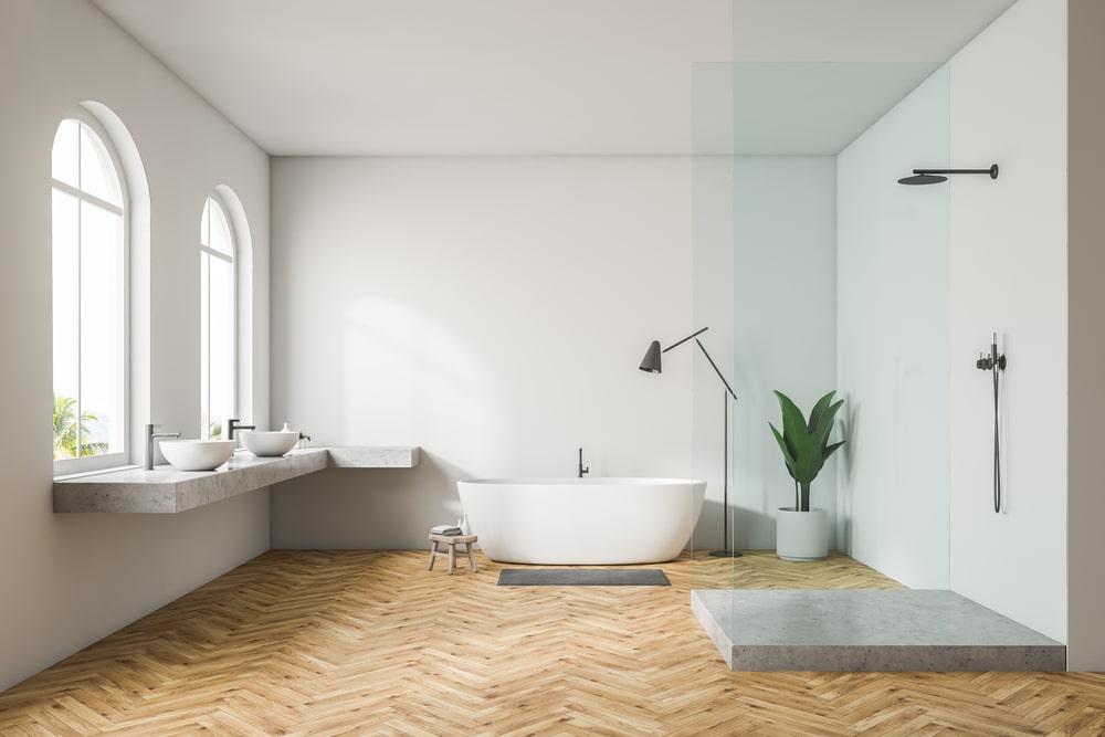 freistehende Wanne und Holz im Bad