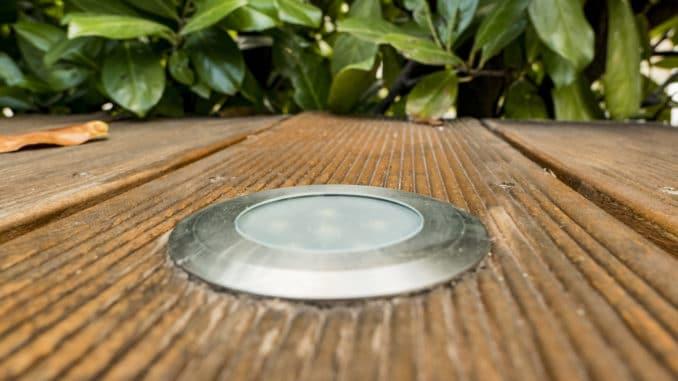 Holzterrasse mit LED Strahler