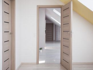 Altes Haus mit neuen Türen