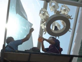 Fensterfolie wird angebracht
