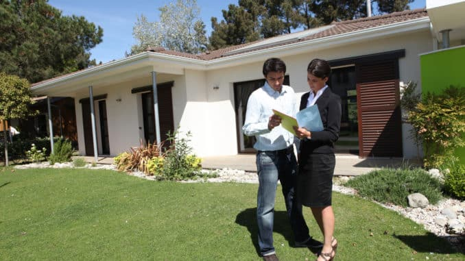Immobilienmaklerin berät einen Klienten