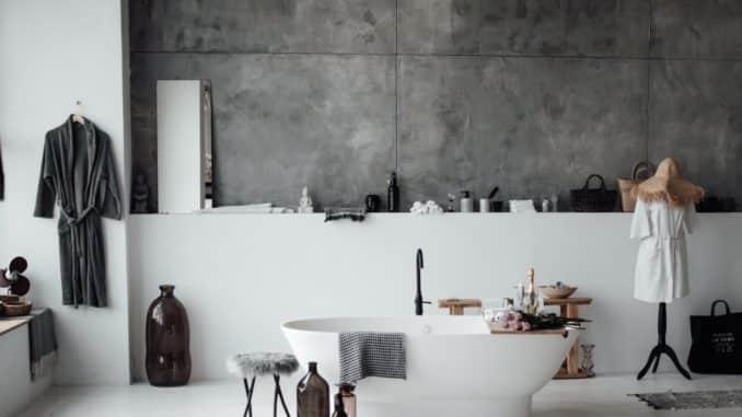 Modernes Bad mit Fliesen und Beton