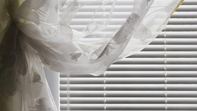 Vorhang vor einer Jalousie