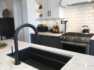 Moderne Küche mit schwarzer Spüle und Armatur