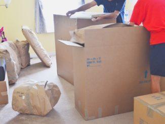 Kartons packen am Umzugstag