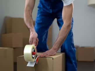Umzugshelfer packt Kartons